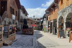 rue principale avec les commerces