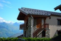 chalet avec au fond le Mont-Blanc